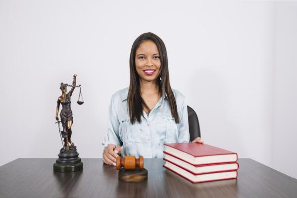 A imagem contém uma advogada que acabou de abrir um escritório de advocacia.